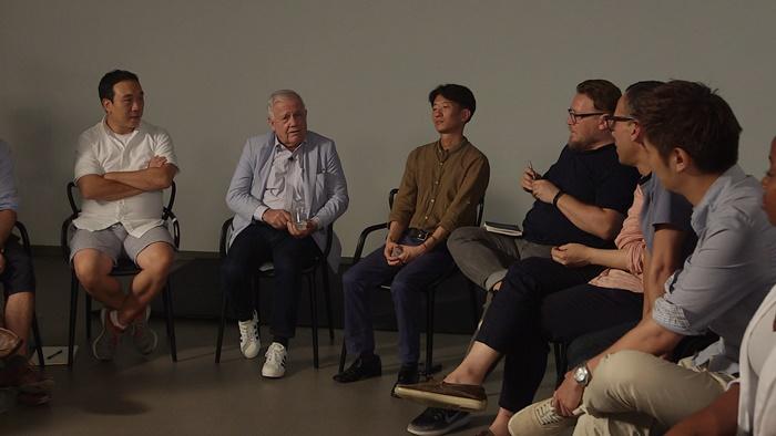 서울시 글로벌창업센터에서 주한외국인 창업자들의 애로사항을 경청하는 짐 로저스 회장 1